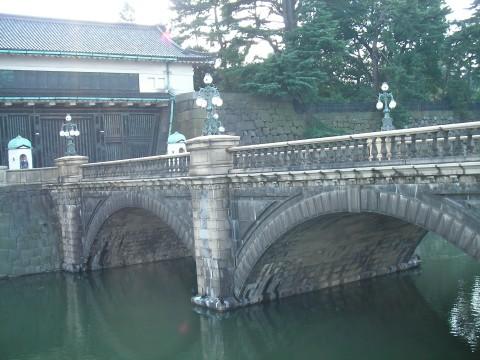mon010.JPG 皇居正門と石橋