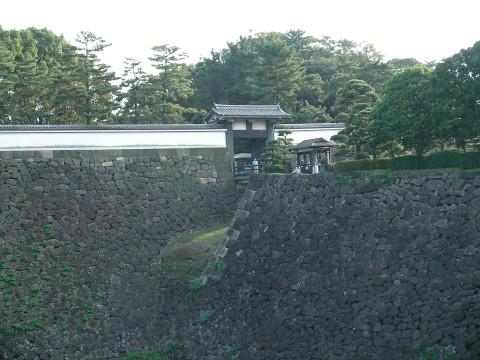 mon036.JPG  皇居北桔橋門と堀